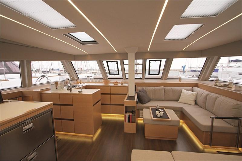 https://media.yachtbooker.com/images/800x533/custom/39877/STD_carre_saloon_(2)_pic5.jpg