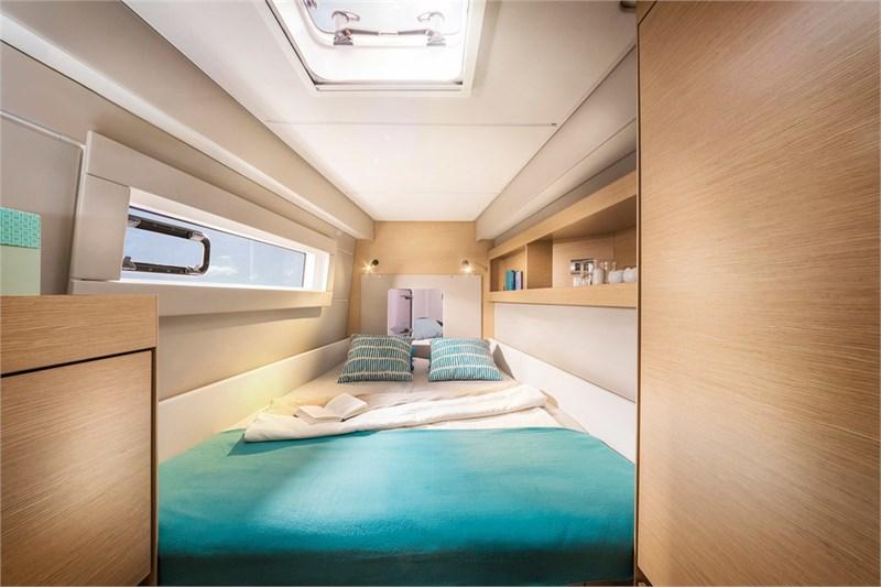 https://media.yachtbooker.com/images/800x533/custom/39877/cabina_1_pic8.jpg