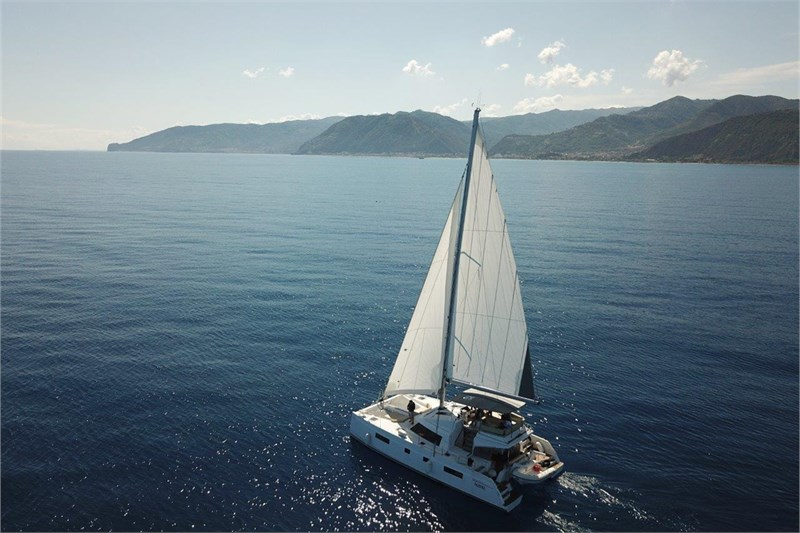 https://media.yachtbooker.com/images/800x533/custom/39877/nautitech_46_vista_dall_alto_con_sfondo_pic1.jpg