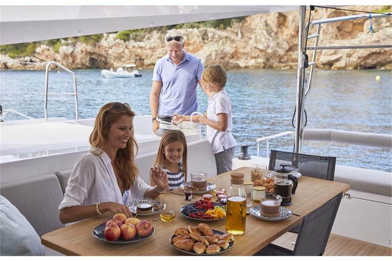 https://media.yachtbooker.com/images/800x533/custom/39878/Nautitech02666_smaller_pic8.jpg