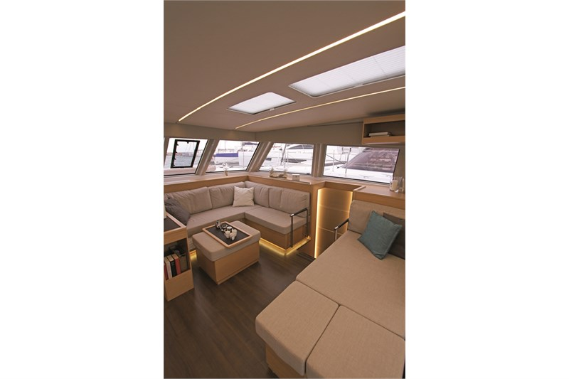 https://media.yachtbooker.com/images/800x533/custom/39878/STD_carre_saloon_(3)_pic13.jpg